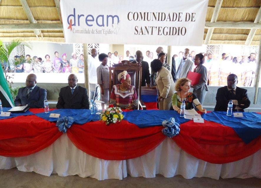 Inizia la cerimonia di inaugurazione e la sig.ra Gebuza prende la parola