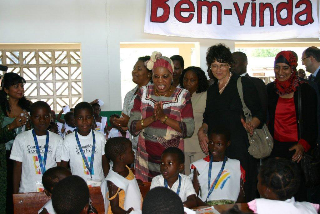 La sig.ra Gebuza si intrattiene con i bambini ospiti del centro nutrizionale
