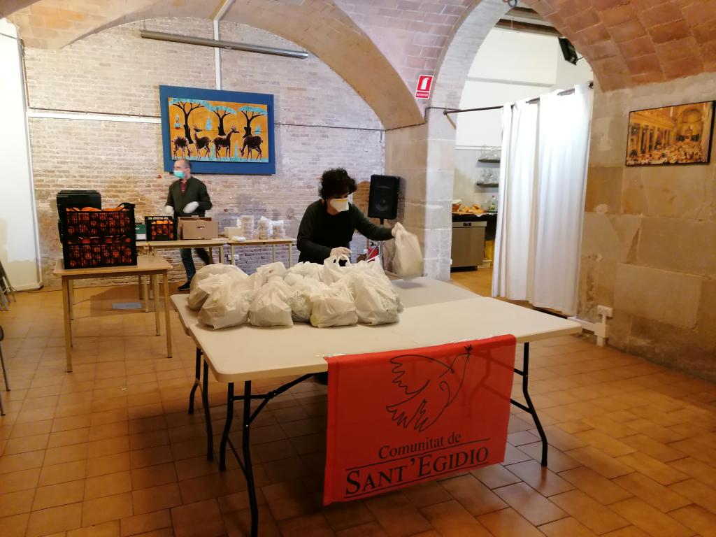 """Thank you for your help, everything is closed"": in Barcelona too, food distribution on the street and soup kitchen continues"
