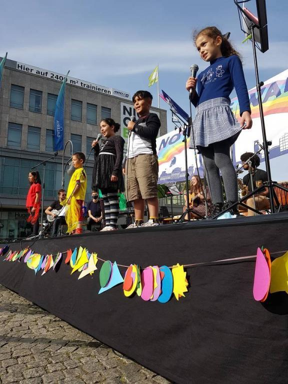 ''No more walls'. In Berlin, children and young people have organised a demonstration to overcome the logic of walls dividing the world